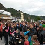 Besucher auf dem Loreleyplatz an Rhein in Flammen 2015