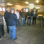 Aufmerksame Mitglieder verfolgen die fachlichen Erläuterungen von SR Schuster, Foto: Nawrotzky