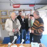 Der Hausherr Karlheinz Sollfrank (ganz links) informiert sich.