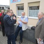 Auch Jan Schrötz (ganz links) und Manfed Bartl (ganz rechts) sind zugegen.