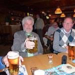 Manfred Kratz, wie in Bayern üblich, mit einer Maß-Bier