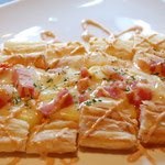 ベーコンとトマトのサクサクなピザ