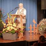 Gertrud Hoffmann Vorsitzende der NABU Gruppe Kleiner Odenwald (Enkelgruppe von uns) brachte schöne Jubiläumsgaben mit.