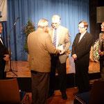 Jubiläumsgaben der Stadtoberhäupter. Von rechts: Bürgermeisterin Heike Schokatz (Gundelsheim), Bürgermeister Peter Dolderer (Bad Friedrichshall), stv. Bürgermeister Josef Denzer (Oedheim), Bürgermeister Michael Folk (Offenau).