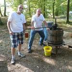 Michael Weckbach und Peter Heidinger im Einsatz an der Apfelsaftpresse.