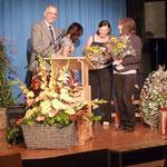 Simone Rummelfanger und Katrin Neumann bekamen einen Dank für die Jubiläumsbroschüre.