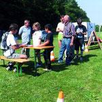 """""""Run für Nature"""" 2010 des FSV Bad Friedrichshall zugunsten des NABU. Organisator: Olaf Hilmer (sitzend) verteilt die Teilnehmerkarten."""