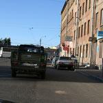 20.06. St. Petersburg vor uns klemmt ein Pkw unterm Bus