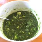 ケールのサグパニール風カレー(チーズの代わりに豆腐を使用)/ saag paneer-like curry (using diced tofu instead of cheese)