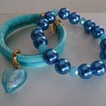 Seidenband doppelt gesteppt 6 mm Aqua blue mit Glasperlen Herz und Karabinerverschluss in Gold 18 Euro,  Glaswachsperlenarmband Montana blue 13 Euro