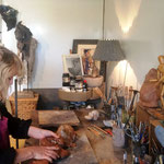 Chris Jobert, artiste sculpteur, dans son atelier galerie. Honfleur (2017)