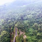 吊り橋の近くを流れる滝を見る事もできます。