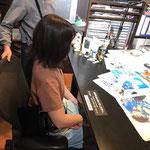 青山剛昌先生のアトリエを完全再現!!椅子に座ってご満悦のお二人さん。