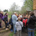 Karlheinz Schuppe (in der Mitte) zeigt den Kindern Kräuter und andere interessante Dinge
