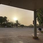 Sandsturm in Sicht, es wird trotz Sonne dunkel