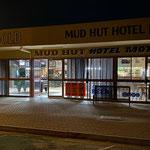 ... zum Essen (ich) und zum Trinken, Spielen und Streiten (Marty) gehts ins Mud Hut Hotel