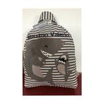 Zainetto realizzato meticolosamente a mano con tessuti di qualità, morbidi e resistenti, cuciture rinforzate, imbottitura e rivestimento interno, design ricercato e distintivo, disegni personalizzati su richiesta che lo rendono unico e inimitabile.