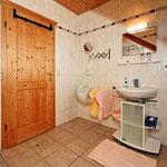 Bad mit Dusche in Doppelzimmer 4