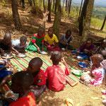 Mittagessen der Boarding-Kinder am Wochenende - alle haben gelernt, einen Löffel zu benutzen, das ist toll!