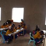 """Die Schule beginnt am 13. Januar entspannt, in einer Lernatmosphäre ohne die Rute - ein Plus bei Hosiana. Bald kommen mehr Kinder, denn hier hat der """"erste Schultag"""" nicht so viel Gewicht..."""