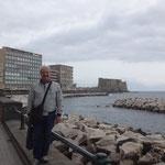 Napoli:  il lungo mare e sullo sfondo Castel dell'Ovo