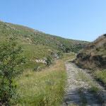 La strada sterrata in discesa dal Passo della Gava