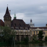 Il Castello Vajdahunyad al centro dell'omonimo parco