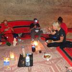 Si cena intorno al fuoco