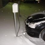 Le auto di notte sono collegate alla corrente eletrica