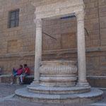 Pienza - il Pozzo davanti a Palazzo Piccolomini