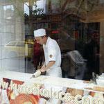 Si prepara il tipico dolce di Budapest: il Kurtoskalacs o kurtos kalacs