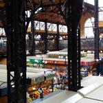 L'interno del mercato Vasarcsarnok (uno dei più grandi d'Europa)