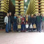 Il gruppo in posa alla stagionatura del Parmiggiano Reggiano