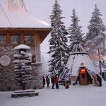 L'ufficio postale di Babbo Natale e sullo sfondo il Santa's Salmon Place