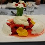 Honigjoghurteis mit marinierten Erdbeeren