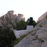 Bastion ouest, protégeant l'accès à la ville haute. Sur le roc, le buste de Christophe Colomb ...