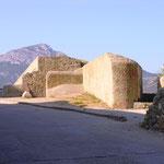 Le Capu di a Veta derrière les éléments du bastion nord ouest.