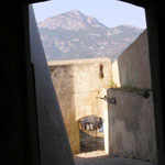 La voûte à l'ouest de la caserne, au loin, le Capu di a Veta.