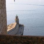 Le phare du port de commerce, vu du même endroit.
