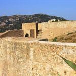 Derrière le bastion, la Serra.