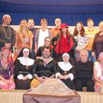 Gruppenbild mit Akteuren sowie Regie, Souffleuse, Maske und Technik