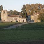 Sie denkmalgeschützte Kirche von Monbos. Rechts daneben das Wehrhaus.