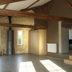 Wohnzimmer mit Möbeln nach Mass (Foto odermattarchitectes Lalinde)