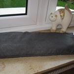 Katzen-Fensterbankkissen mit rückseitigem Klett zum fixieren in Velour-anthrazit, ca. 58 x 21 cm, Füllung:halbe Powerflocke, Preis: 18,00 €