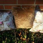 30 x 30 cm  teils beidseitig mit weichfliessendem Chihuahuastoff  teils einseitg weichfliessender Chistoff und anderseitig farblich abgestimmter caramellfarbener Zottelhochfloor