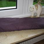Katzen-Fensterbankkissen mit rückseitigem Klett zum fixieren in Velour-dkl.lila, ca. 75 x 21 cm, Füllung:halbe Powerflocke, Preis: 18,00 €