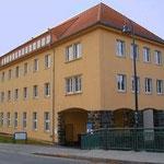 Schulgebäude mit Einfahrt