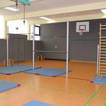 Sportraum mit aufgebauten Geräten
