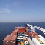 Die Container und LKW am Bug des Schiffes
