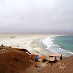 Leere Küsten von Weitem sieht man den Abfall nicht
